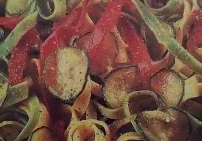 tagliatelle paglia e fieno con zucchine