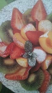 torta di crusca con noci e frutta fresca