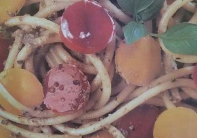 bucatini con peperoni e salsa di olive e tonno