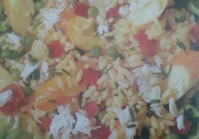 lattuga con riso al curry, granchio e surimi
