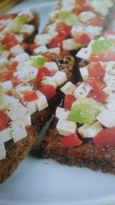crostoni neri al tofu e pomodorini